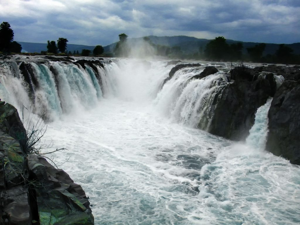 The magnificent Hogenakkal Falls in the Dharmapuri District of Tamil Nadu : Tripdino